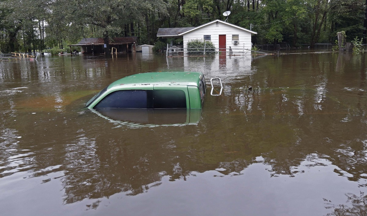 south carolina flooding leaves 11 dead hundreds evacuated and thousands without fresh water. Black Bedroom Furniture Sets. Home Design Ideas
