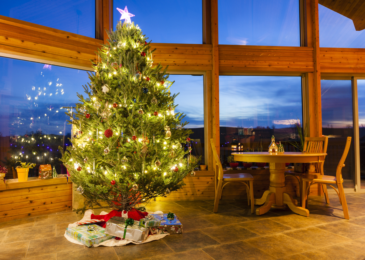 how to keep a real christmas tree looking fresh in five simple steps huffpost uk. Black Bedroom Furniture Sets. Home Design Ideas