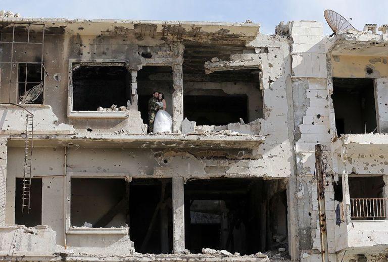 زوجان سوريان يلتقطان صور زفافهما في أطلال مدينة حمص Slide_476896_6519812_free