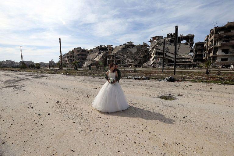 زوجان سوريان يلتقطان صور زفافهما في أطلال مدينة حمص Slide_476896_6519816_free