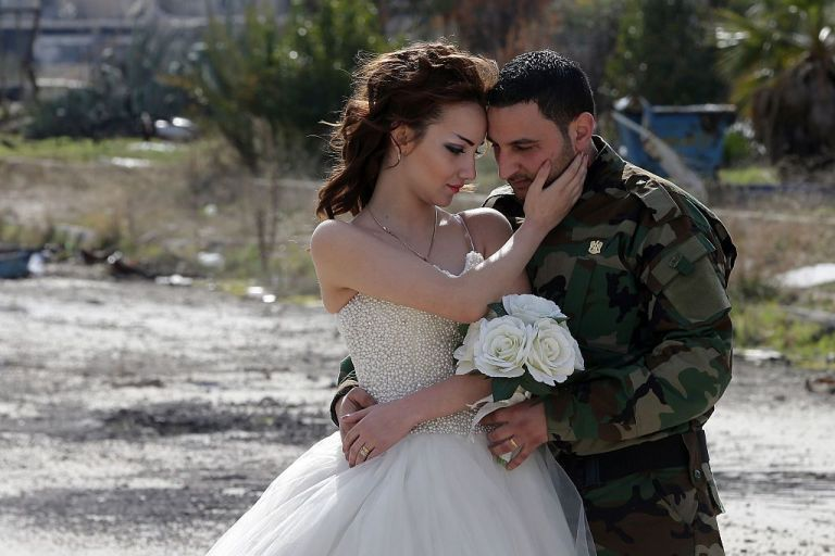 زوجان سوريان يلتقطان صور زفافهما في أطلال مدينة حمص Slide_476896_6519818_free