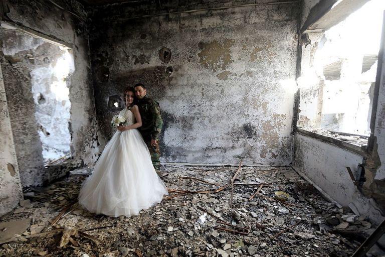 زوجان سوريان يلتقطان صور زفافهما في أطلال مدينة حمص Slide_476896_6519826_free