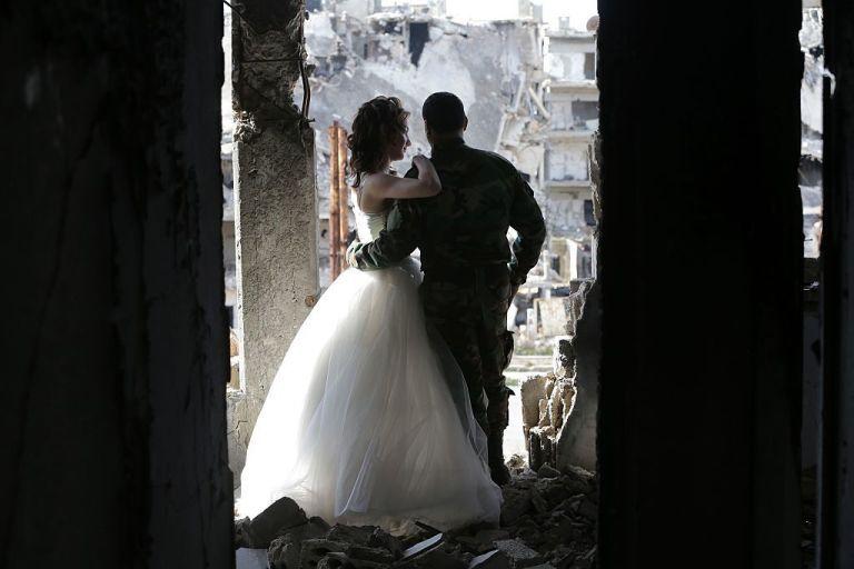 زوجان سوريان يلتقطان صور زفافهما في أطلال مدينة حمص Slide_476896_6519828_free