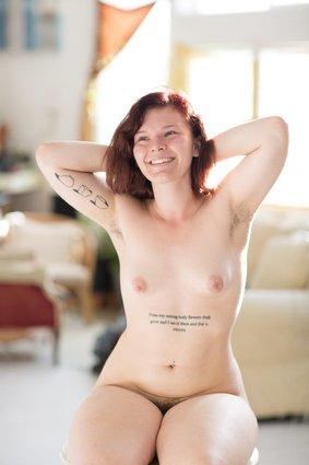 Les femmes sucent leurs propres seins