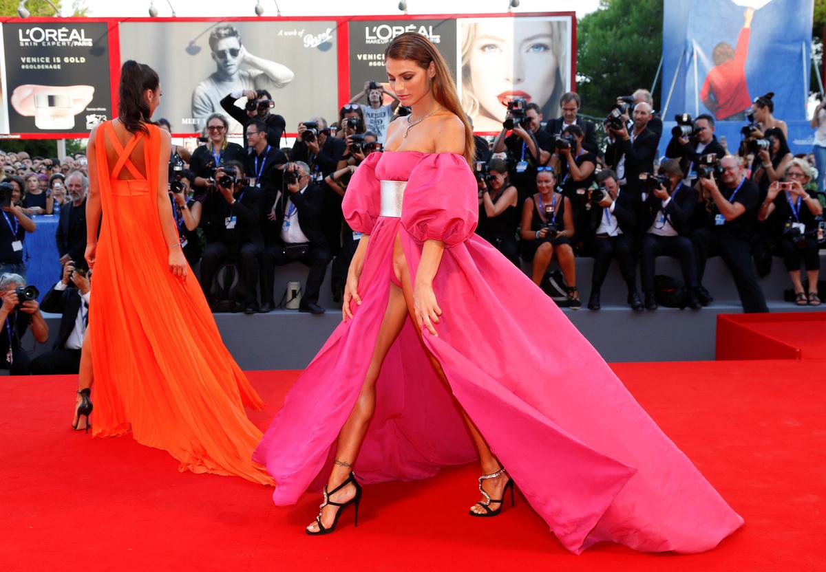 Elles montrent leur pubis sur le tapis rouge de la Mostra de Venise