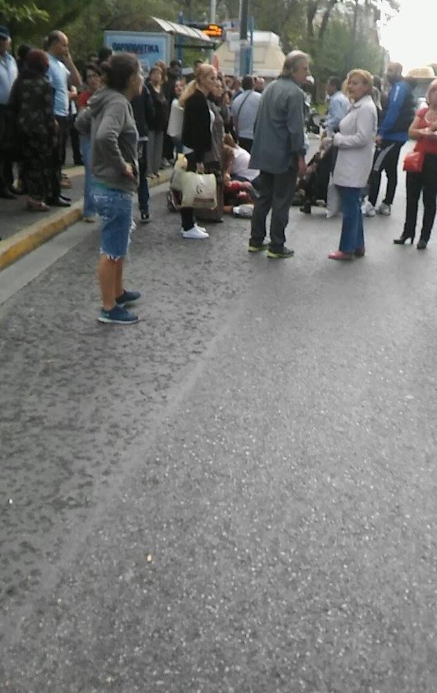 Μια νεκρή και έξι και τραυματίες στο κέντρο της Αθήνας: Περίμεναν στην στάση και τους παρέσυρε μηχανή που έκανε σούζες! (photos) Μια νεκρή και έξι και τραυματίες στο κέντρο της Αθήνας: Περίμεναν στην στάση και τους παρέσυρε μηχανή που έκανε σούζες! (photos) slide 503464 7025626 free