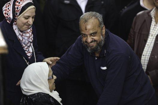"""شاهد """"البلتاجي"""" يلتقي والدته للمرة الأولى منذ سجنه قبل 3 سنوات"""