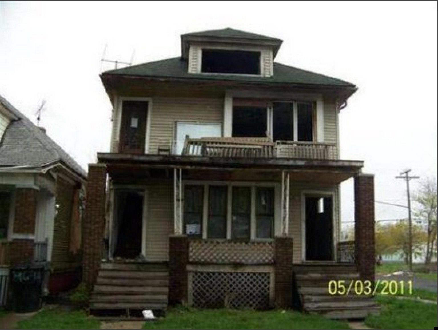 Detroit real estate market deals bargain homes and for Pitchers of houses for sale