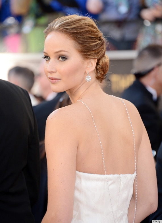Jennifer Lawrence Gives the Middle Finger at 2013 Oscars