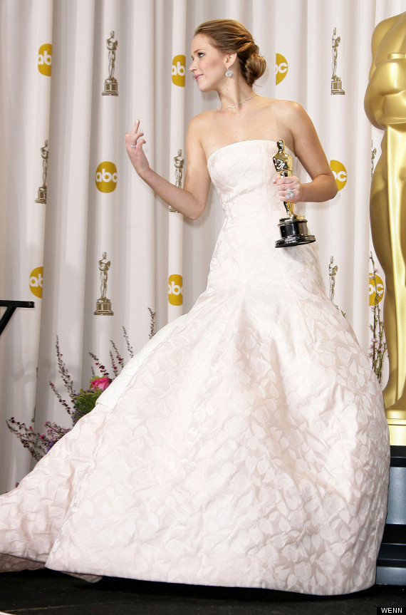 Oscars 2013 Jennifer Lawrence Gives The Middle Finger In