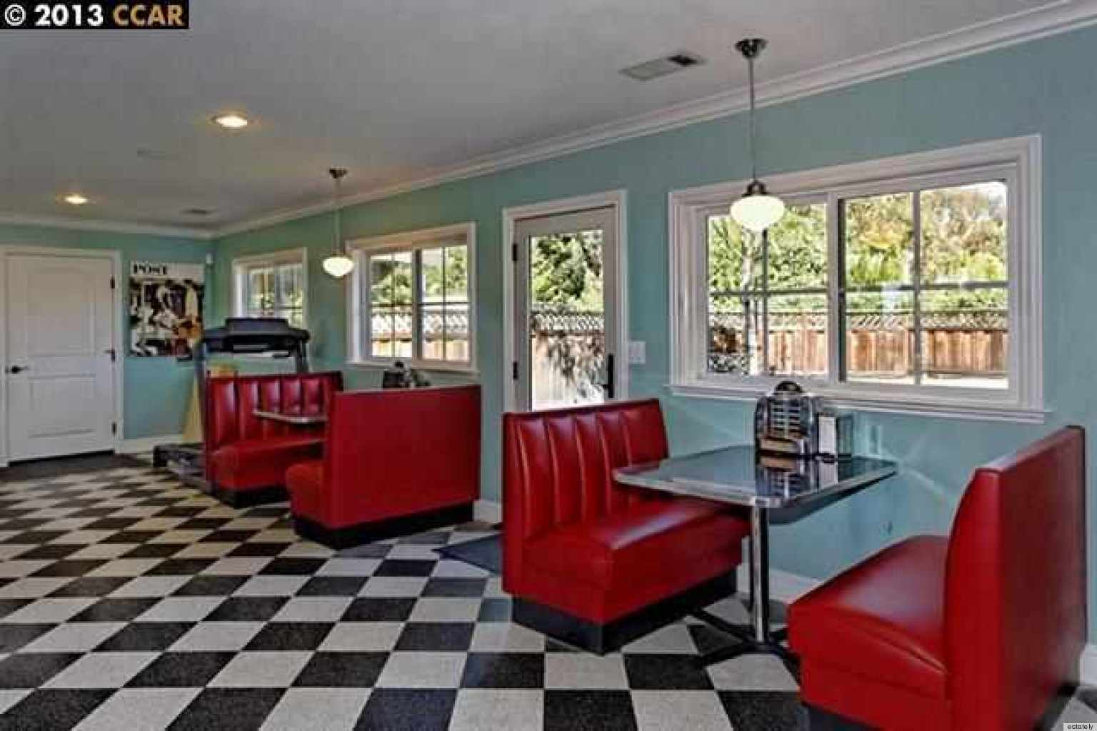 7 homes for sale with a 1950s style diner inside huffpost for Retro dekoration