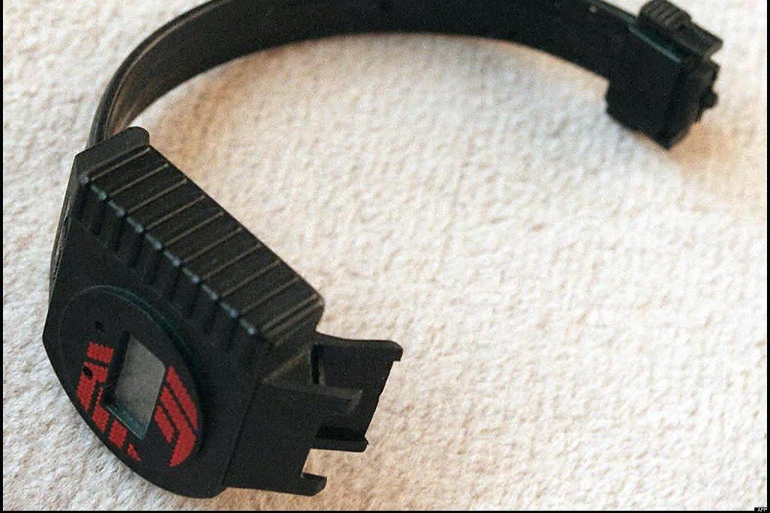 des employ u00e9s forc u00e9s de porter un bracelet  u00e9lectronique