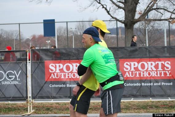 Un corredor ayuda a su compañero a llegar a la meta