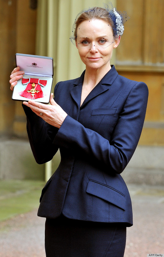 stella mccartney obe award acquaints designer with the queen photos huffpost. Black Bedroom Furniture Sets. Home Design Ideas