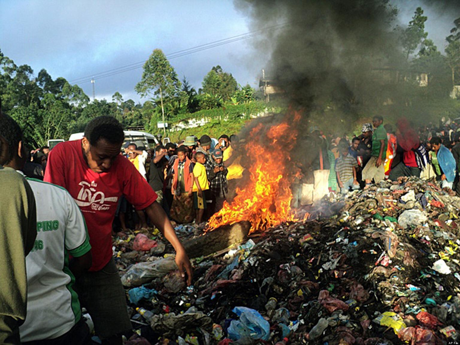 http://i.huffpost.com/gen/1075461/images/o-PAPUA-NEW-GUINEA-SORCERY-MURDER-facebook.jpg Being Burned Alive