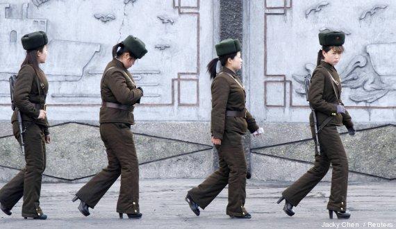 militares corea del norte con tacones