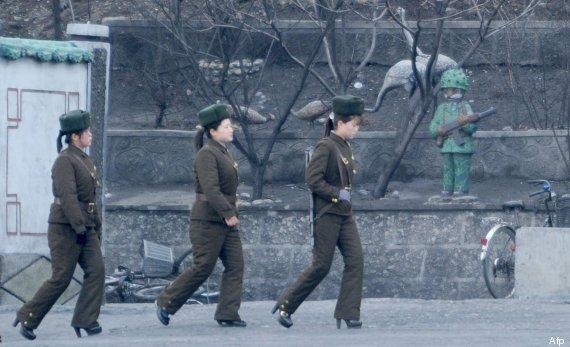 militares corea del norte con tacón