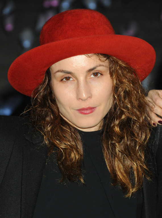 noomi rapace red hat