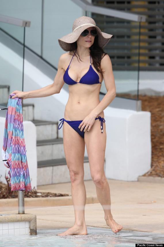 Bethenny frankel hot reality star shows off bikini body for Pool en keeshonden show