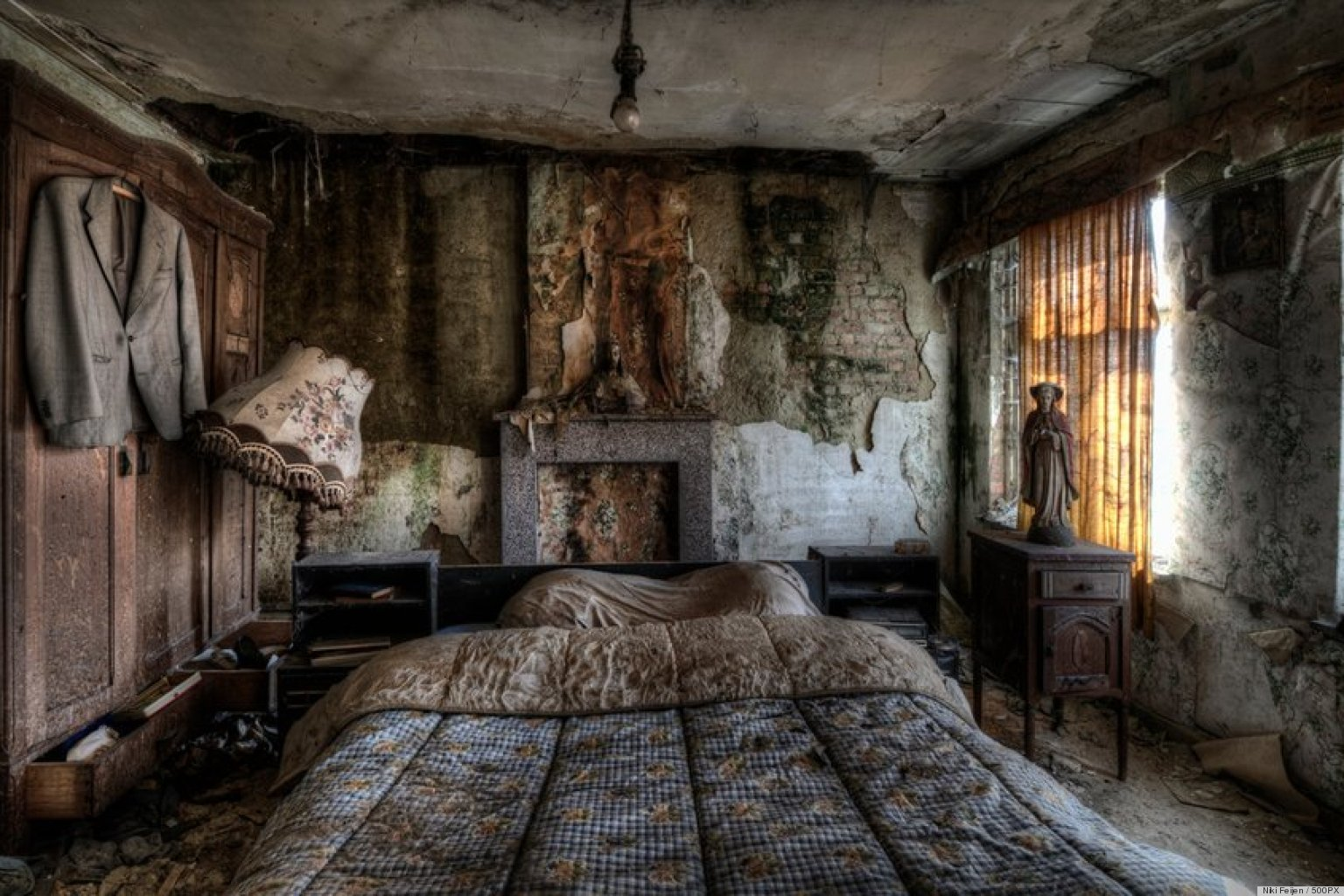 Stunning pics of an abandoned farmhouse where the bed is for Old home interior pictures