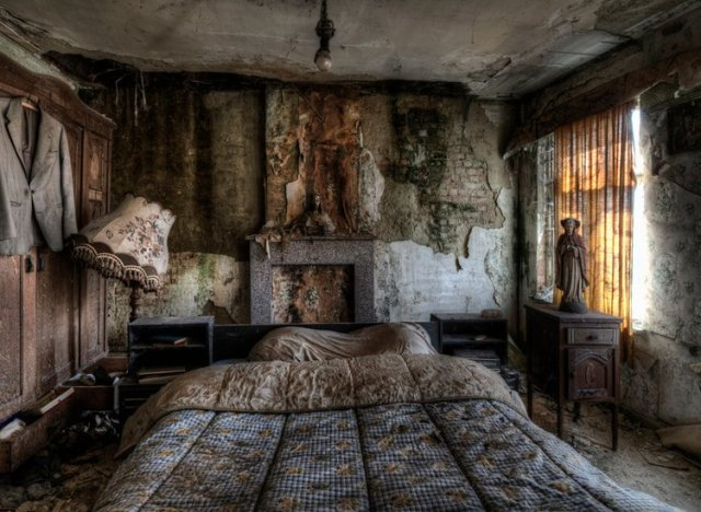 Stunning Pics Of An Abandoned Farmhouse Where The Bed Is Still