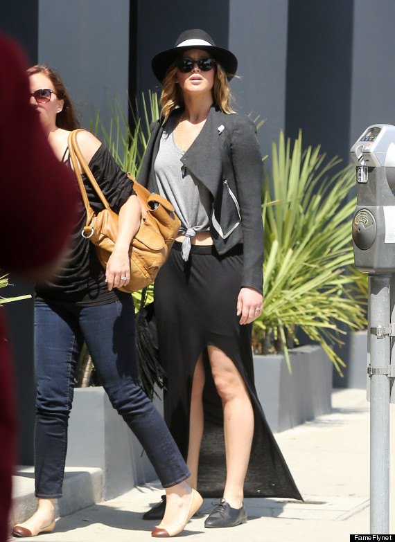 Hollywood sweetheart Jennifer Lawrence's legs are on full display (PHOTO)