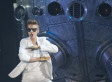 Justin Bieber Attacked In Dubai By Fan, Keeps On Singing (VIDEO)