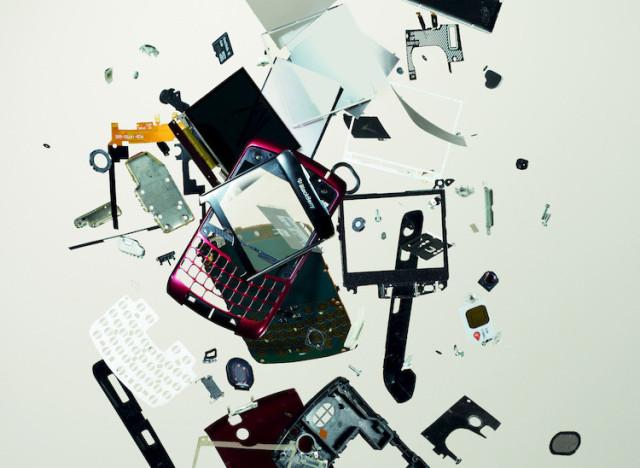 photos livre d 39 art des blackberry des macbook et pleins d 39 autres objets mis en pi ces. Black Bedroom Furniture Sets. Home Design Ideas