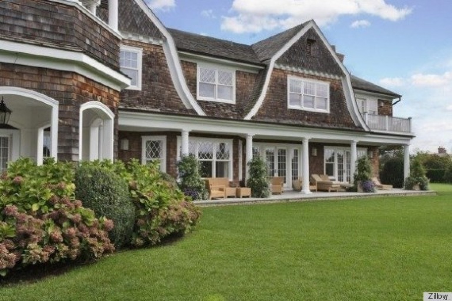 Jennifer lopez buys hamptons home just in time for summer for Modern houses in new york