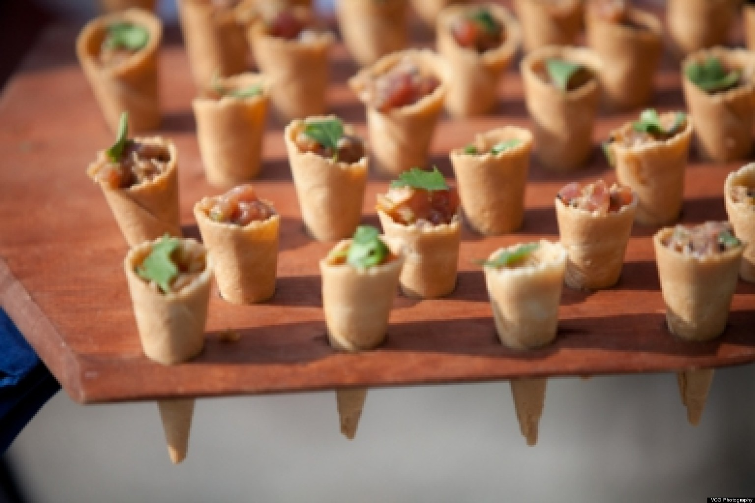 Wedding food service styles pros and cons huffpost for Best food for wedding reception