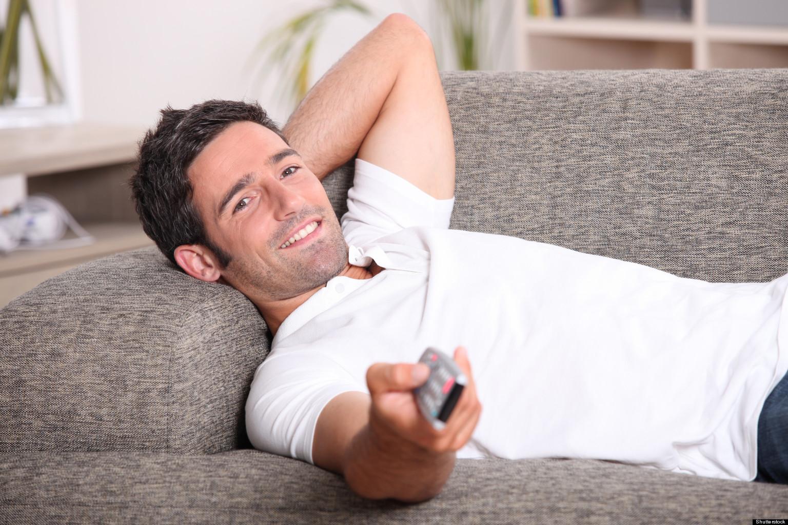 Фото мужик лежит на диване 11 фотография