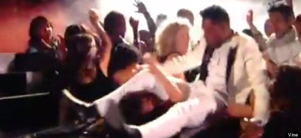 Cantante golpea horrible a una chica en los Billboard Awards (VIDEO)