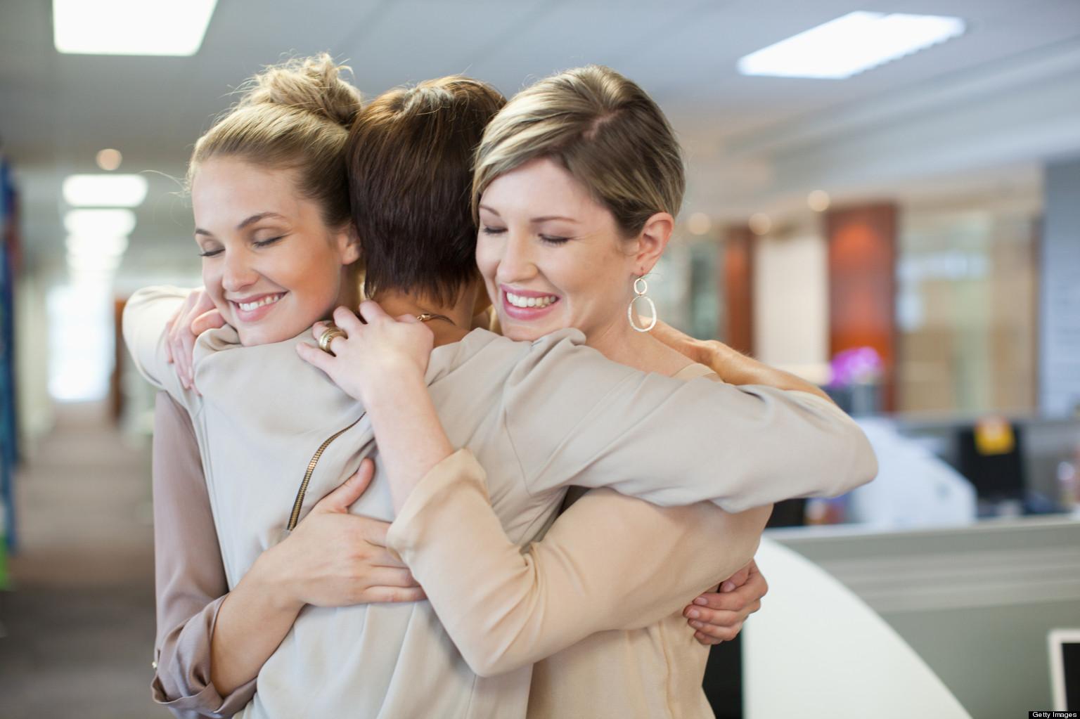 o WOMEN HUGGING facebook - Lakukan 15 Kebiasaan Kecil Ini Untuk Menjadi Wanita yang Semakin Baik dan Teratur