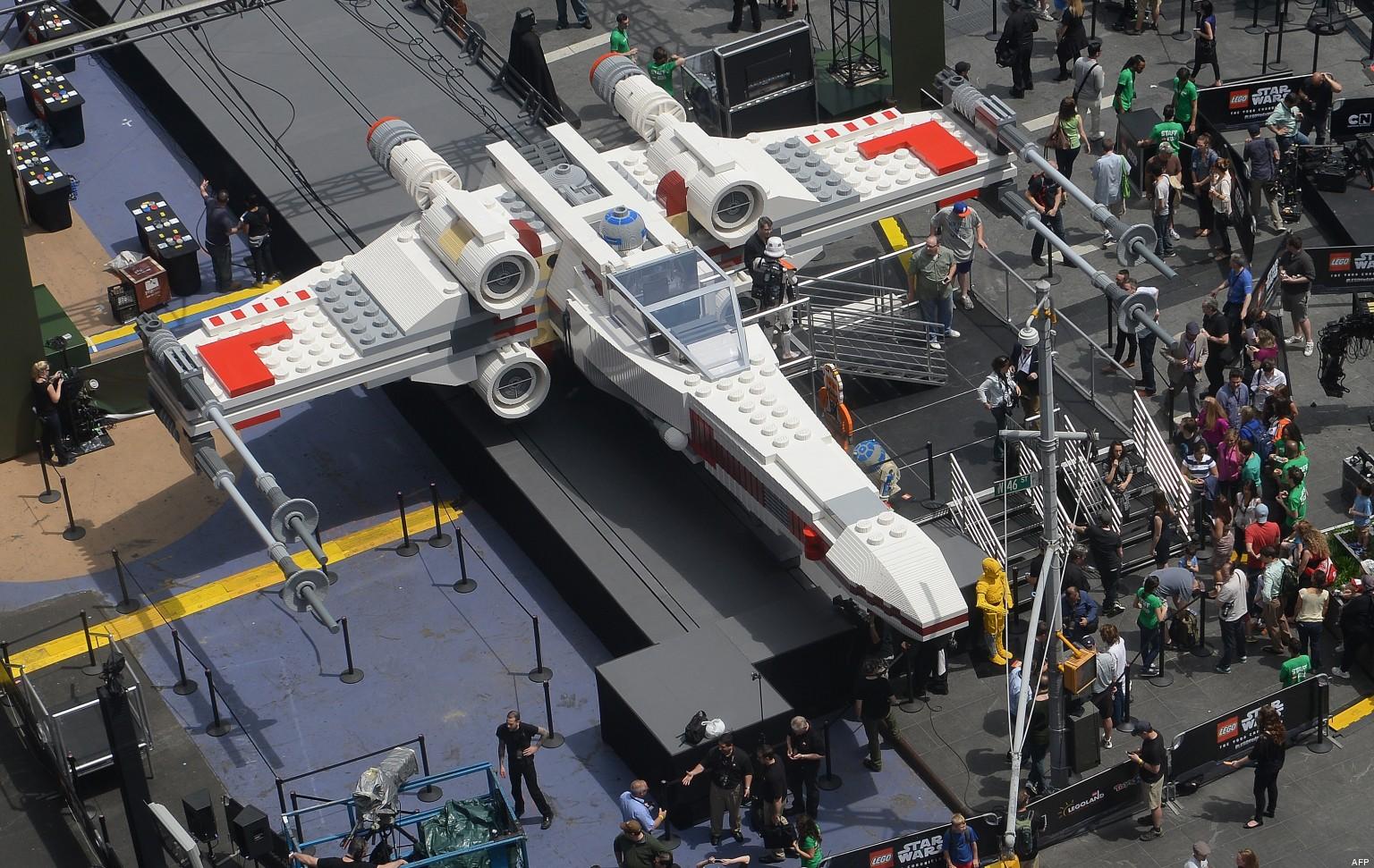 un x wing de star wars en lego sur times square