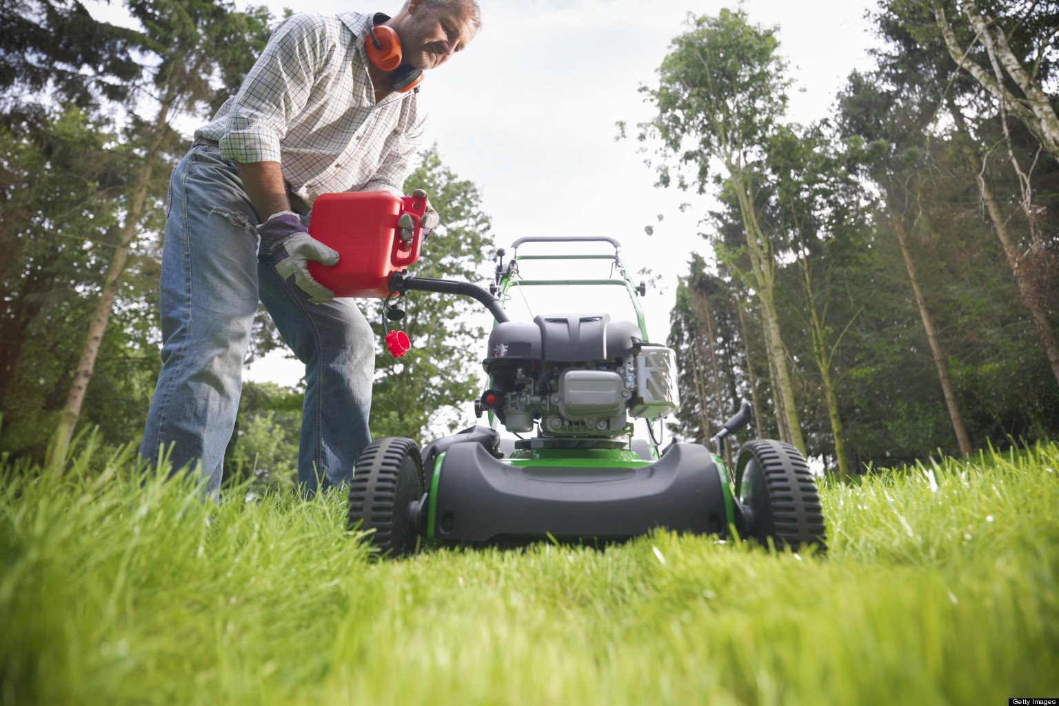 How to tune up and maintain a lawn mower huffpost for Lawn garden maintenance