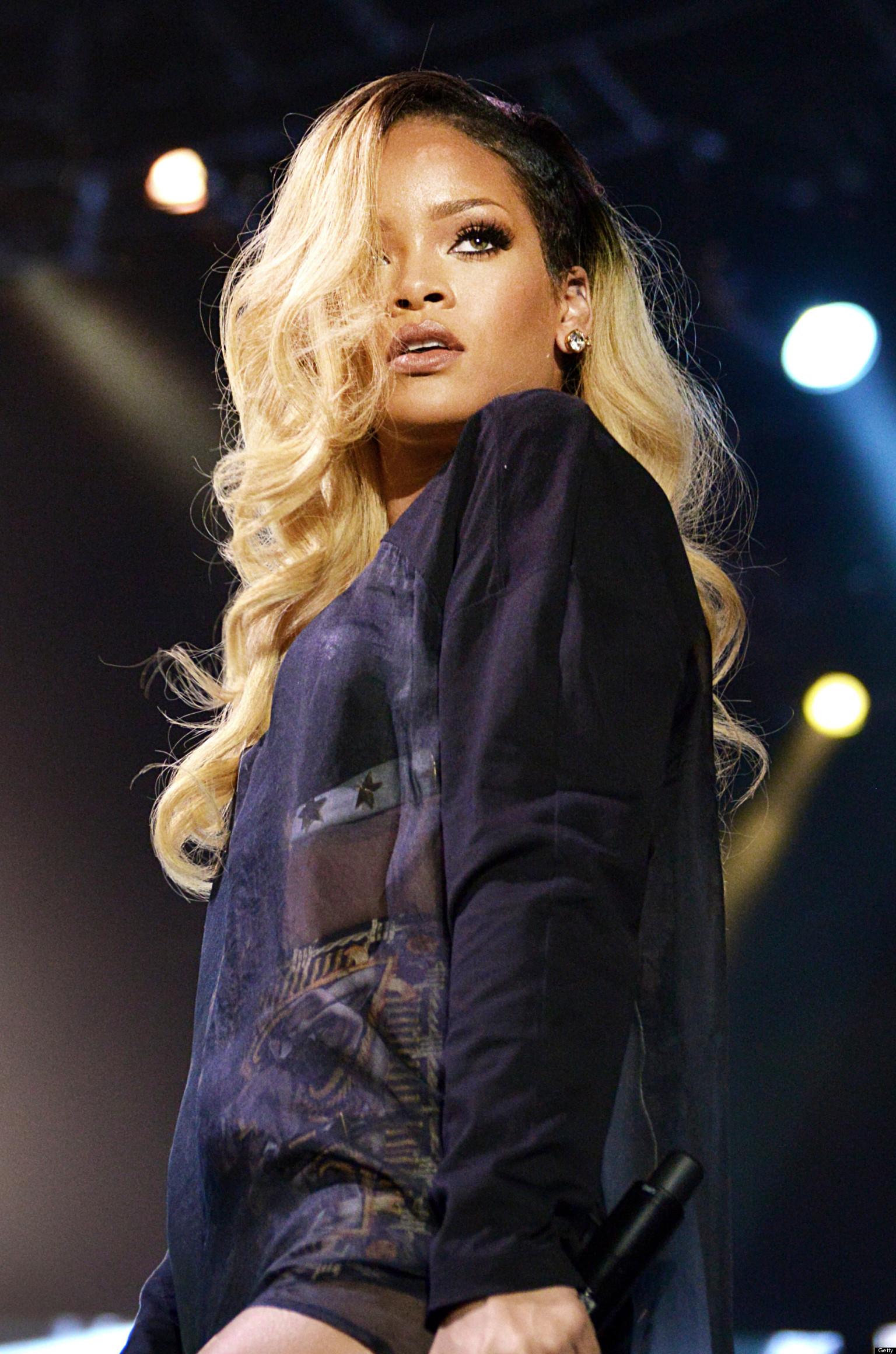 Rihanna Flashes Crotch Onstage In Istanbul Turkey Photos