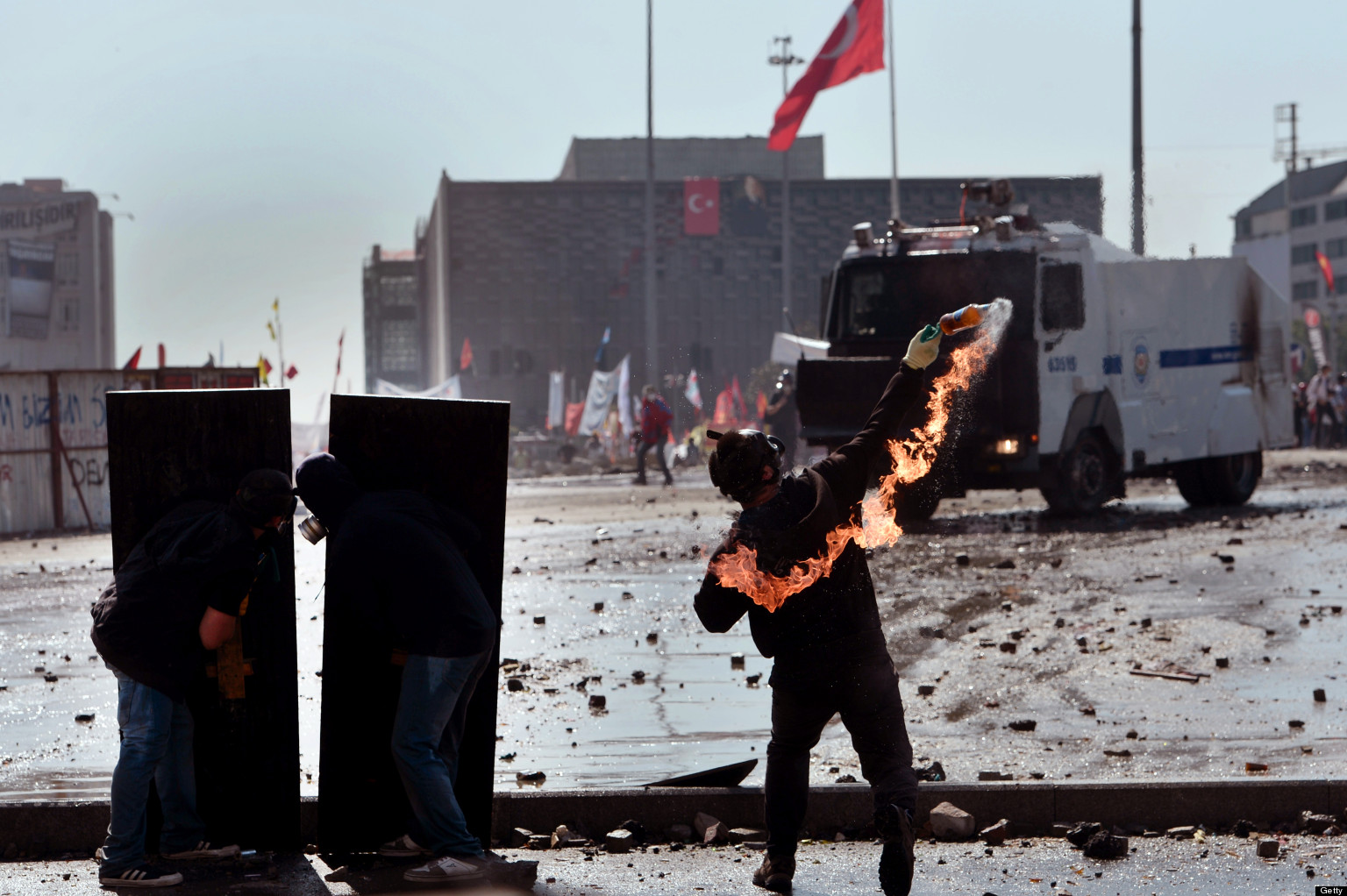 Taksim Turkey  city photo : Taksim Square: Turkish Protesters Throw Molotov Cocktails At Police ...
