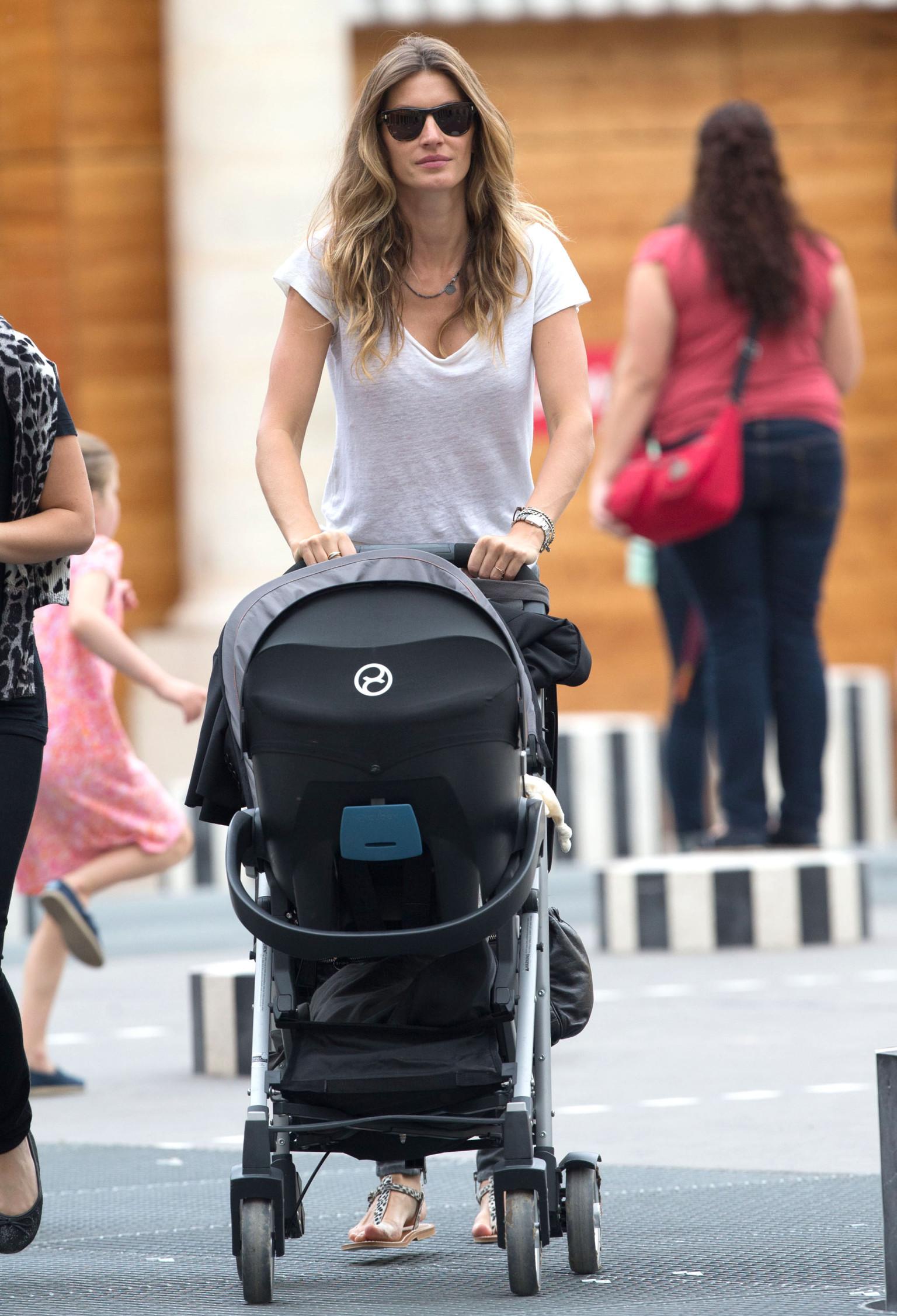 Gisele Bundchen, Daughter Vivian Go Sightseeing In Paris ... Gisele Bundchen Facebook