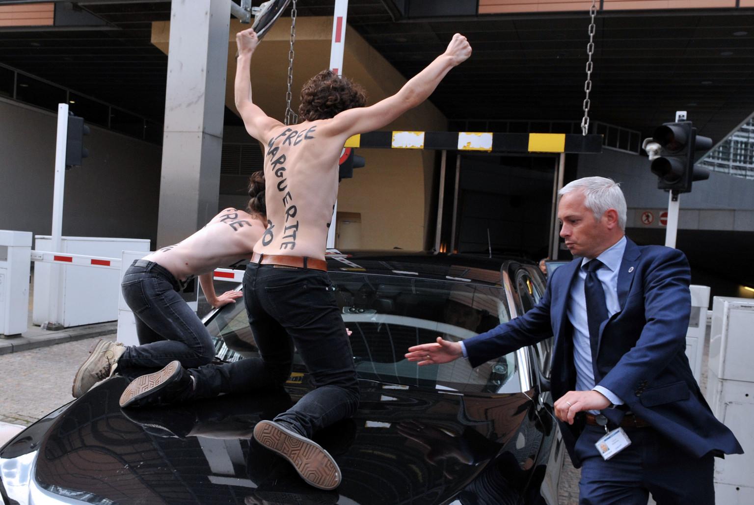 femen protest louvre - photo #9