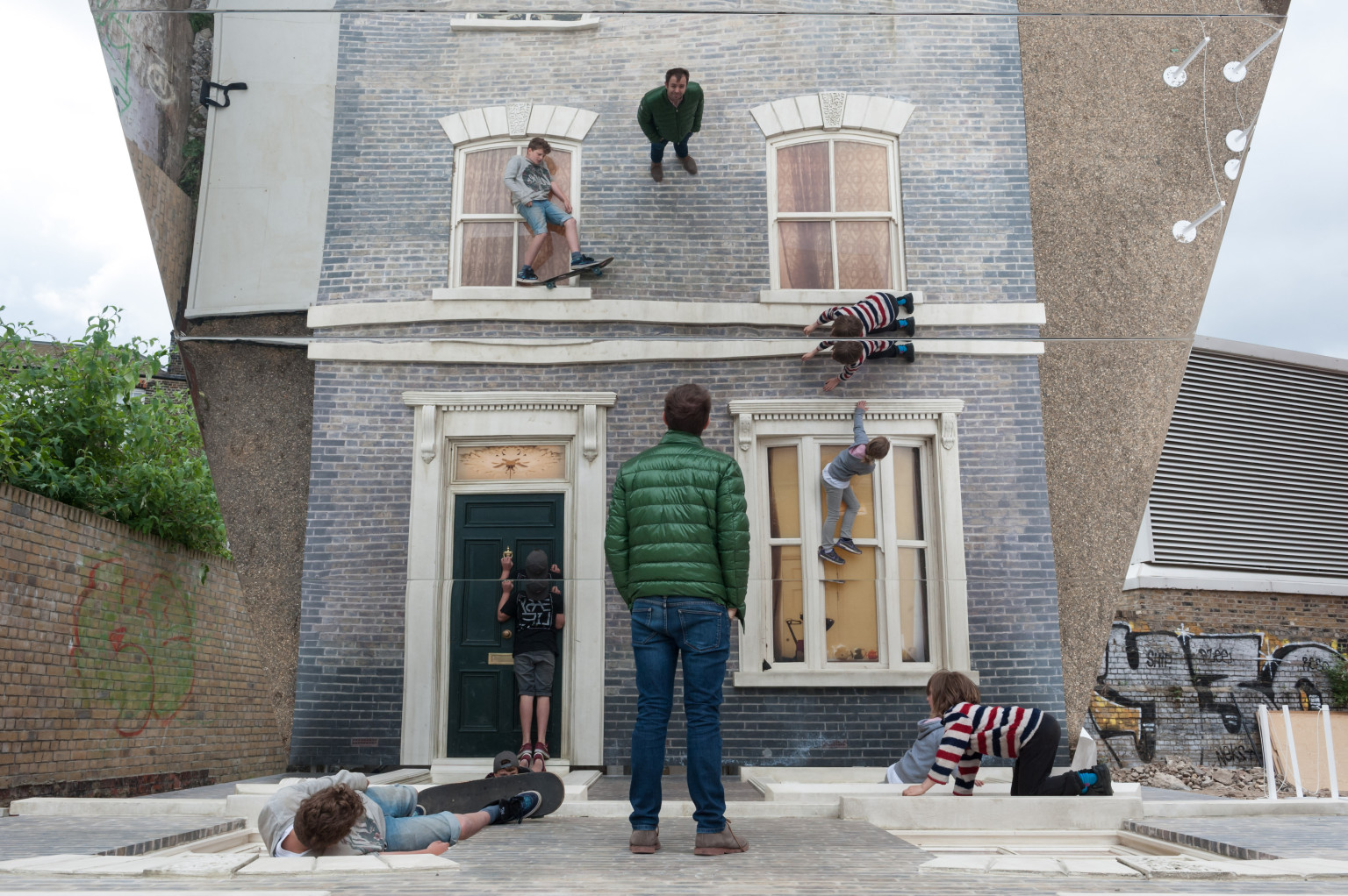 Optical illusion house artist leandro erlich creates for Centre des arts shawinigan piscine
