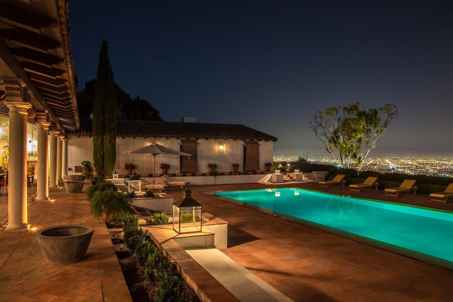 Case di lusso la villa in california con 5 piani for Case di lusso a due piani