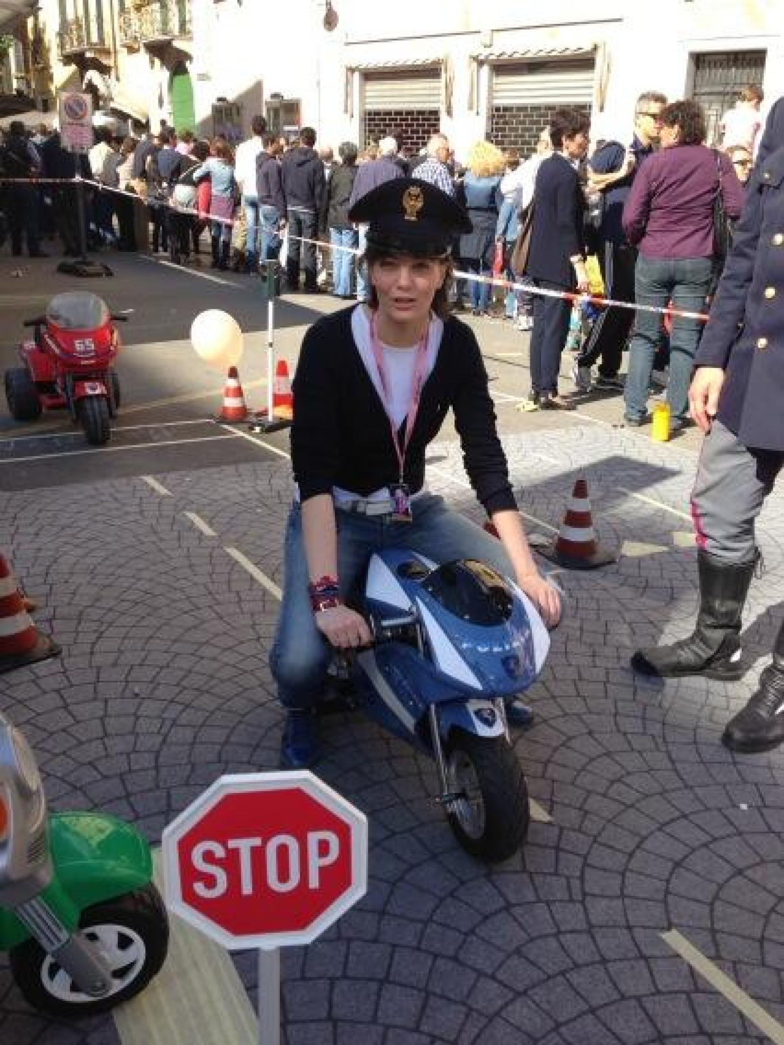 Lara comi su twitter la foto da poliziotta su una moto for Parlamentare pdl