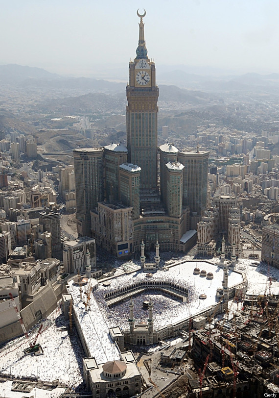 mecca clock tower photo shows kaaba in the shadow of abraj al bait building huffpost. Black Bedroom Furniture Sets. Home Design Ideas