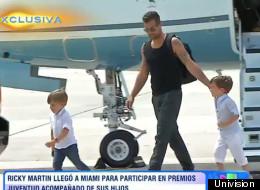 Ricky llega con sus hijos en avión privado para 'Premios Juventud' (VIDEO)