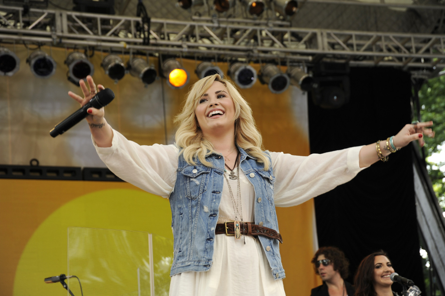 Demi Lovato Usa Facebook Lovatos  Video Aint America Huffpost
