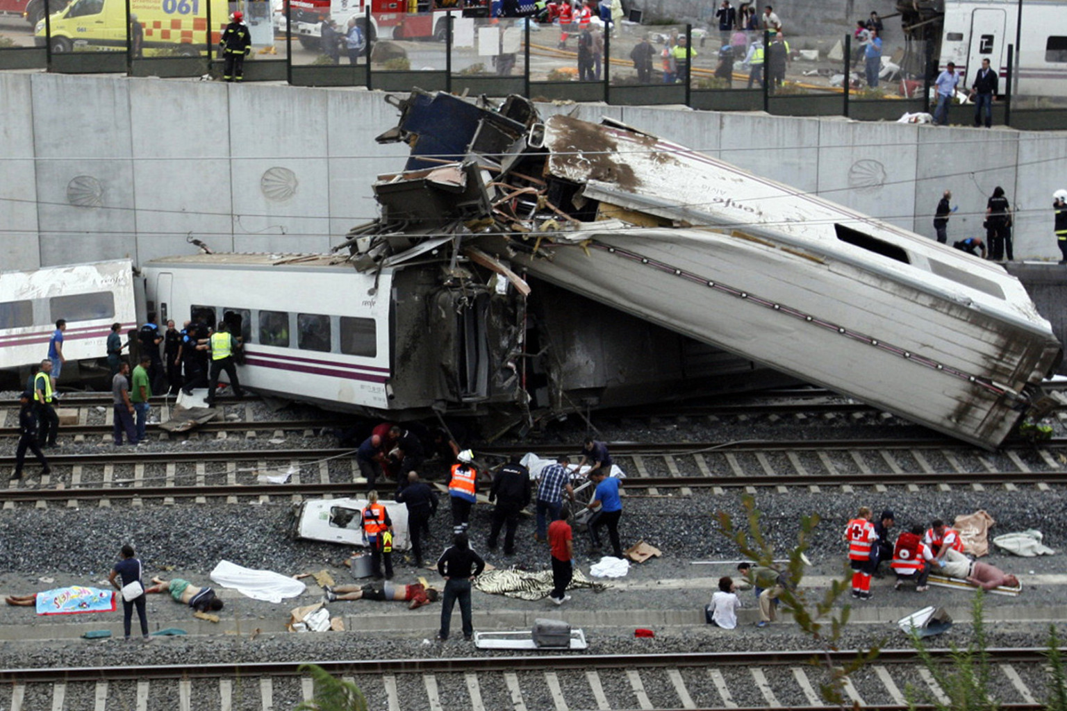 Spanish train crash at least 80 people killed in derailment graphic