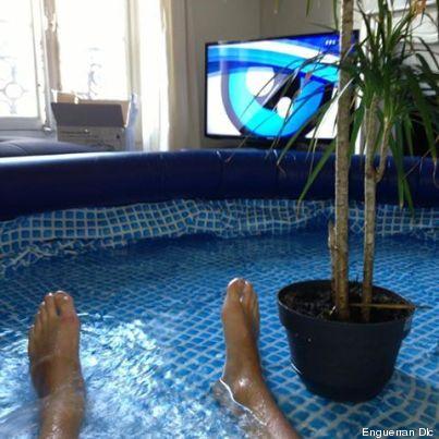 photos il installe une piscine dans son salon. Black Bedroom Furniture Sets. Home Design Ideas