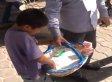 Niño vendedor humillado por funcionario recibe beca