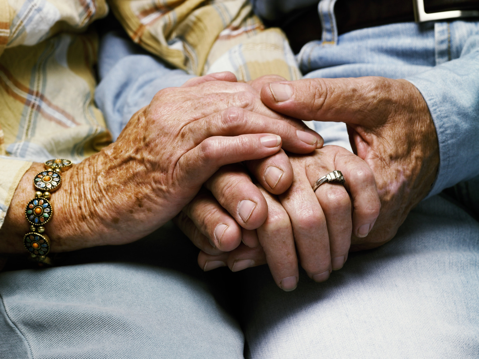 http://i.huffpost.com/gen/1266562/thumbs/o-OLD-COUPLE-HOLDING-HANDS-facebook.jpg