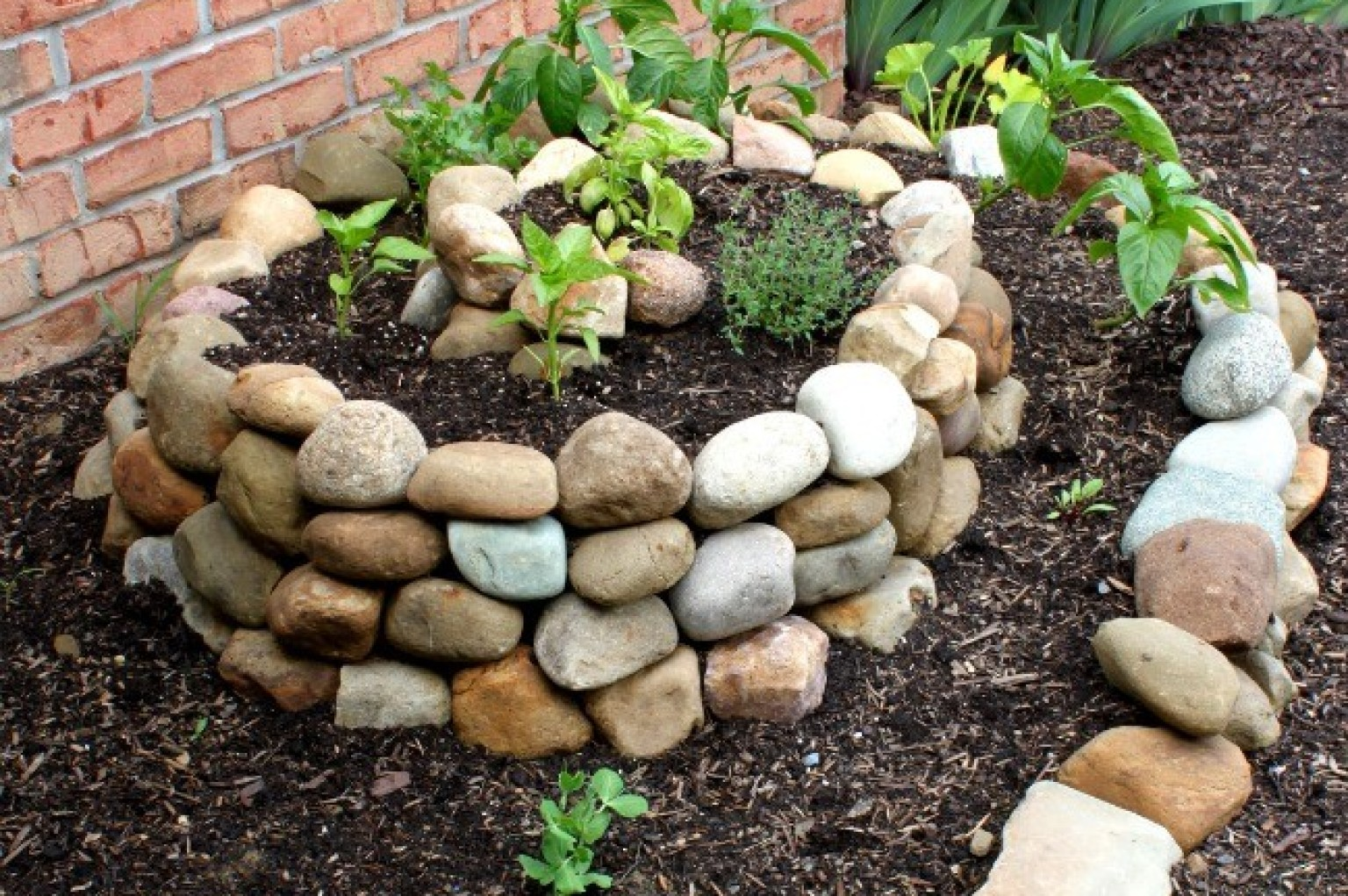 Spiral vegetable garden will completely change your mind for Decoracion de jardines con piedras